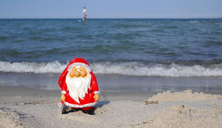 Christmas by the sea. Have fun at the beach holiday with Santa Claus (Not copyrighted) Stockfoto