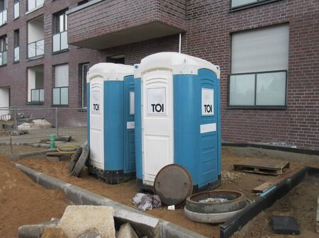 Mobile toilets cabins, dixie closets. WC, Toilets for construction workers on a construction site in front of a building 免版税图像