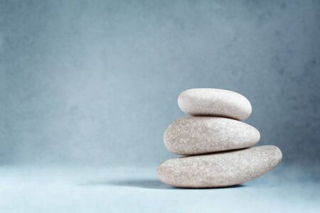 Steine gestapelt ein Anfang eines anderen ist eine Kunst.