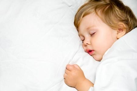 niño durmiendo: Retrato de una mentira infantil, primeros planos en la cama Foto de archivo
