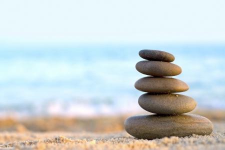 Rocks �bereinander gestapelt �bereinander auf dem Hintergrund des Meeres
