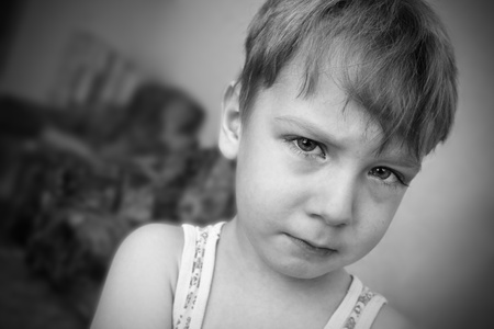 ojos tristes: Retrato de muchacho triste Foto de archivo