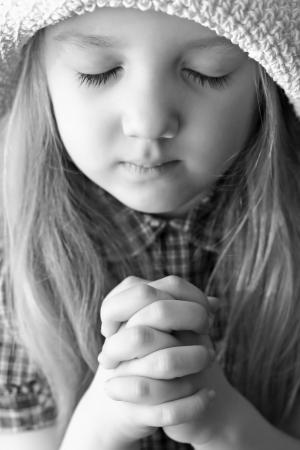mains pri�re: portrait d'une jeune fille de prier Banque d'images