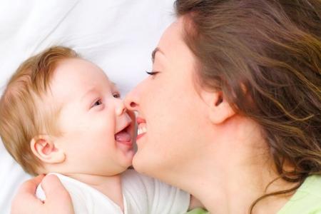 madre y bebe: Madre mantiene a hijo en sus manos