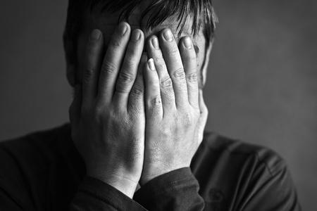 pardon: homme couvert son visage avec ses mains