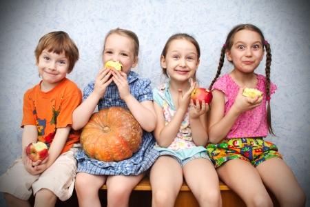 ni�os comiendo: Grupo de ni�os en edad preescolar a comer manzanas