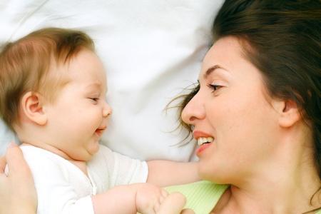 Mutter h�lt Sohn in seinen H�nden