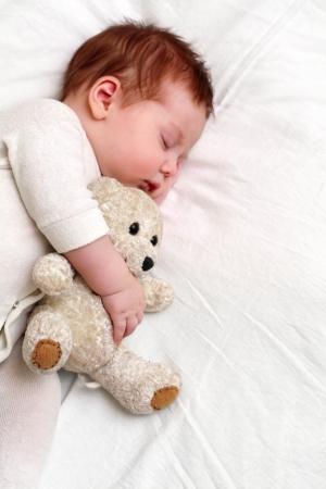 bebes recien nacidos: Retrato de una mentira infantil, primeros planos en la cama Foto de archivo