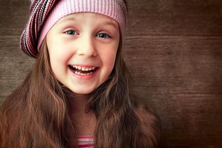 belle fille dans le chapeau et robe rouge sourire Banque d'images