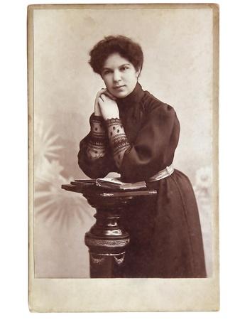 antique woman: Vintage retrato de mujer de principios del siglo 20 en el fondo.
