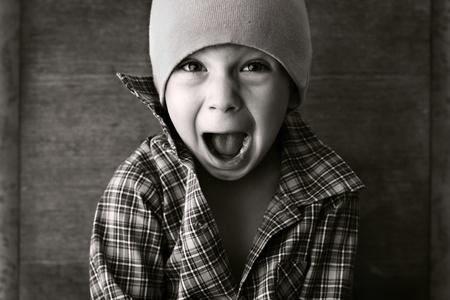태도: 모자 소년, 흑백 사진을 외쳤다