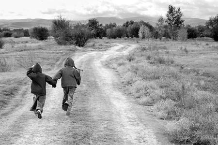meisje en jongen staan of lopen op de weg