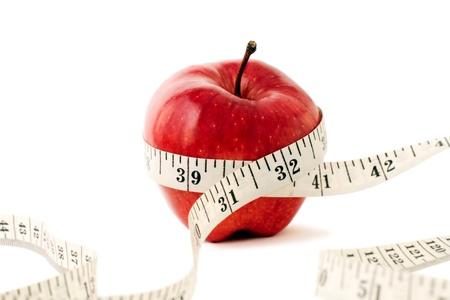 manzana roja: Foto de Frutas y cinta m�trica. Foto de archivo