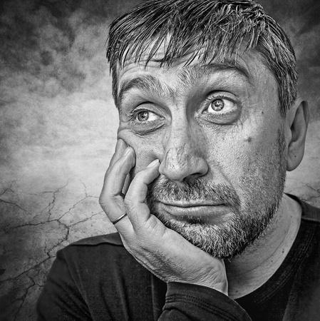 manos sucias: retrato de un hombre que piensa acerca de la vida Foto de archivo