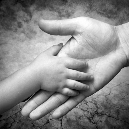 ni�os ayudando: mano sostiene la mano del hijo de su padre s