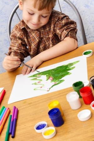 소년은 크리스마스 그림을 그린다