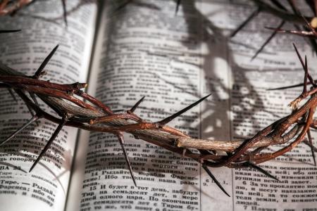Dies ist eine Dornenkrone auf der Bibel