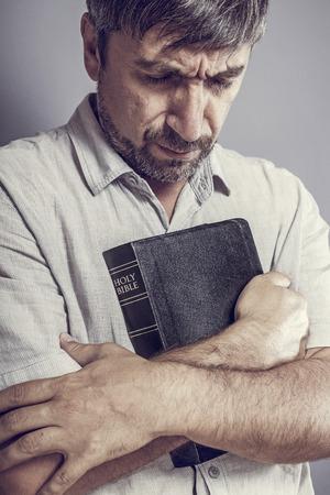 bible ouverte: homme tenant une bible et prière Banque d'images