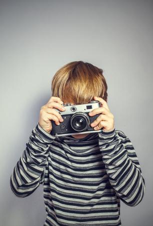 오래 된 카메라로 잘 생긴 소년 스톡 콘텐츠