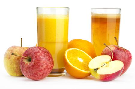 Sinaasappelsap en appelsap tegen een witte achtergrond
