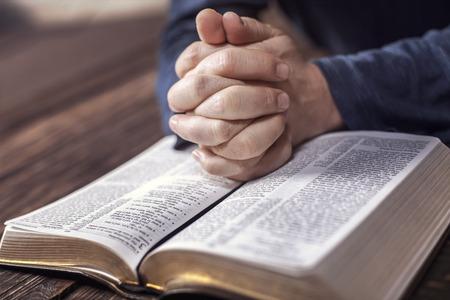hombre orando: Sirva la lectura de la Santa Biblia, de cerca Foto de archivo