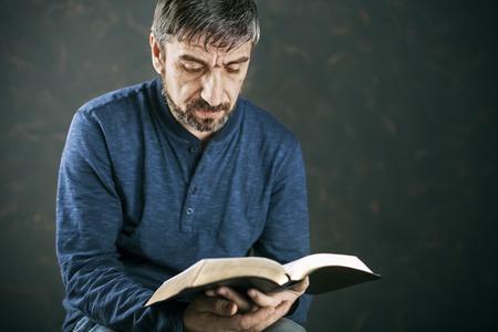 Man het lezen van de Bijbel, close-up Stockfoto - 35811693