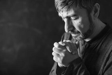 arrepentimiento: hombre cerró los ojos para orar