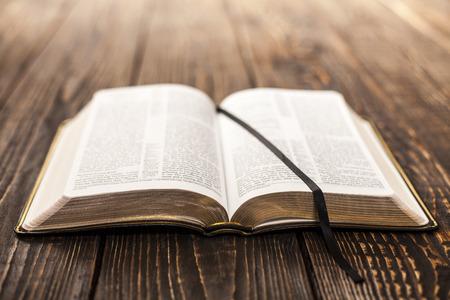 bible ouverte: Livre ouvert sur fond de bois Banque d'images