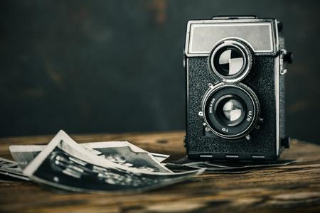cámara de edad y fotos antiguas mesa de madera