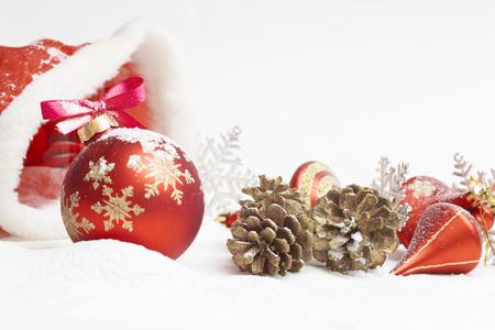 Kerstmis bal met rode strik en lint Stockfoto