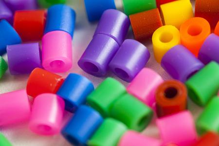 plastic kralen vele kleuren van de regenboog