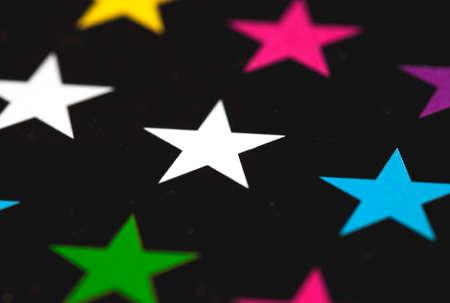 Foto van gekleurde sterren op een zwarte achtergrond