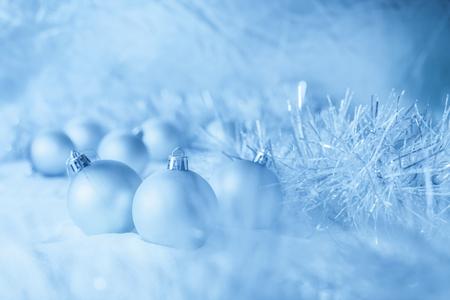 De blauwe ballen van Kerstmis op de witte sneeuw