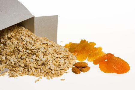 Close-up van granen, amandel, gedroogde abrikoos en sultana geïsoleerd op wit Stockfoto
