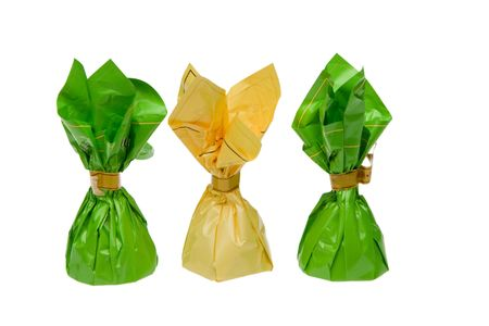 Snoepjes in groen en geel folie geïsoleerd op witte achtergrond