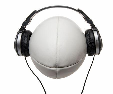 rugbybal en koptelefoons geïsoleerd op wit