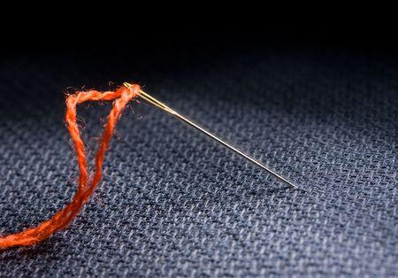 macro van naalden en rode draad