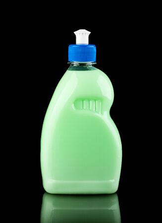 lavar platos: Botella de lavavajillas l�quido verde aislado en negro