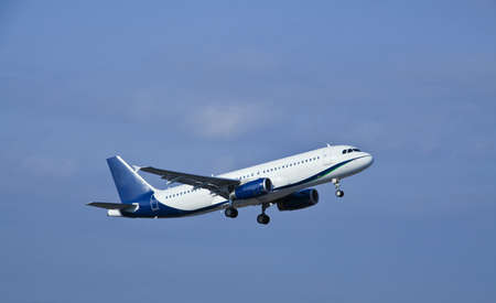 takeoff: Aereo passeggeri moderni jet in decollo