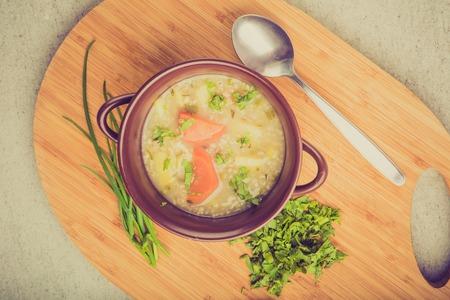 zanahoria: Foto de la vendimia de la sopa de cebada tradicional con perejil en un recipiente