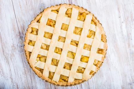 pie de manzana: tarta de manzana casera con canela y azúcar de mesa de madera