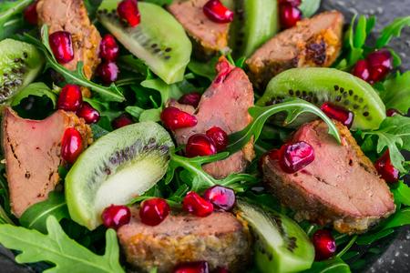 higado de pollo: aperitivo Ensalada con el hígado de pollo, rúcula, kiwi y granada
