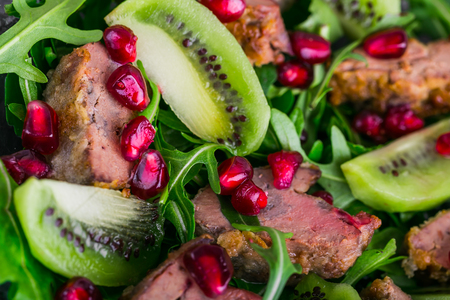 higado de pollo: Salad appetizer with chicken liver, arugula, kiwi and pomegranate