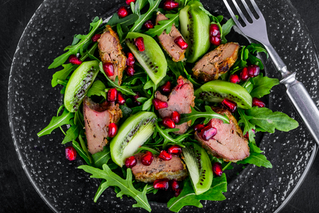 higado de pollo: Salad appetizer with chicken liver, arugula, kiwi and pomegranate
