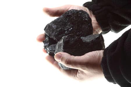 carbone: Pezzi di carbone in mano isolato su sfondo bianco