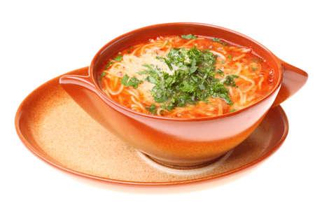 Sopa de tomate, el perejil fondo blanco aisladas Foto de archivo