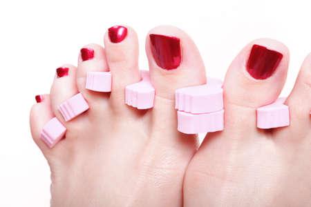 Primer plano de los pies de las mujeres con las u�as pintadas de color rojo podolog�a sin preocupaciones, Foto de archivo