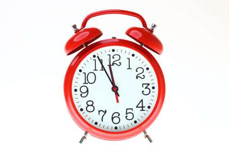 경보: 빨간색 오래 된 스타일의 알람 시계에 격리 된 화이트