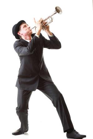 Retrato de un hombre joven de jazz tocando la trompeta de fondo blanco