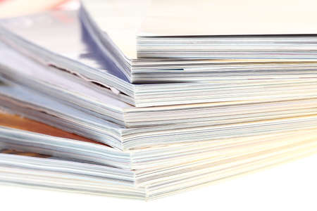 pila de revistas aisladas sobre fondo blanco Foto de archivo